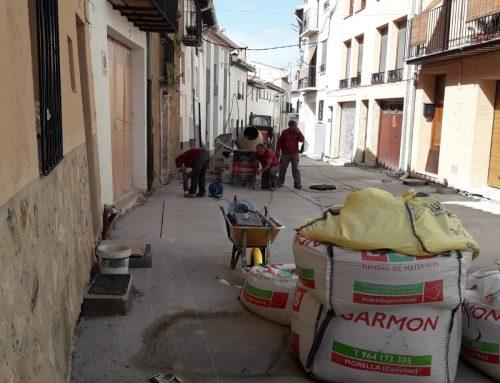 S'inicia la pavimentació de les obres de millora del carrer Alt de Sant Francesc de Morella