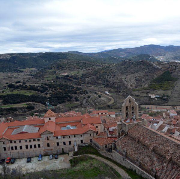 Edifici Colomer Zurita junt a la Basílica Arxiprestal de Morella
